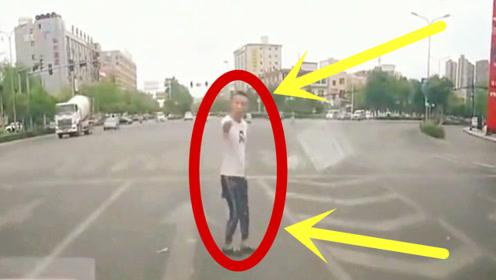 社会大哥过马路,嚣张到不行,接下来的场面真丢人!