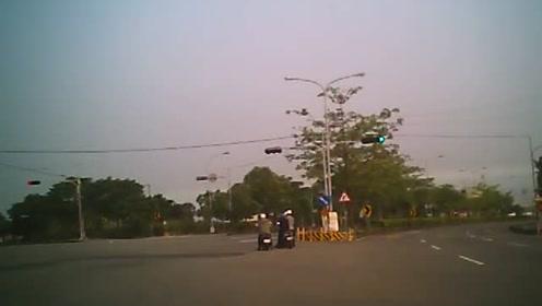 公路上发生一起死亡车祸,车主被撞飞太惨了!