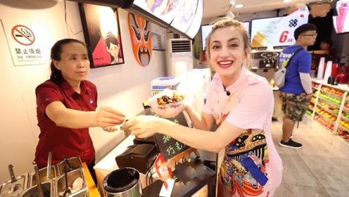 美国姑娘第一次来中国,吃完饭付账时懵了,在中国吃饭不用给钱?