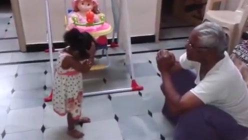 宝宝和爷爷吵架,讲不通道理后气的暴走,旁边爸妈都快笑趴了!
