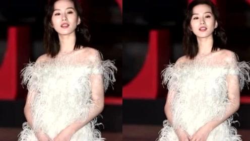 32岁刘诗诗不再保守!白色羽毛裙造型太精致,连生图也能打!
