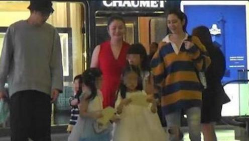 张丹峰陪妻子女儿逛街,重获妻子信任,洪欣全程甜蜜微笑