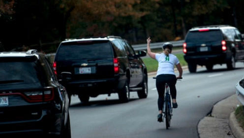 因向特朗普车队竖中指被炒 如今总统高尔夫球场归她管了