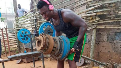 非洲小哥自制健身器材!却遭网友嘲笑:饭都吃不饱还健什么身?