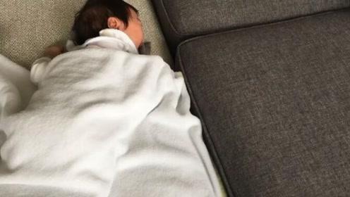 4个月小宝宝睡到一半被饿醒,随后的一幕让人心疼又好笑
