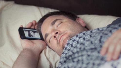 手机放床头对人体有多大危害?真相令人意想不到,原来有这些害处