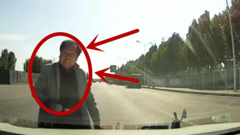电车男子任性骑车,不幸被视频车撞倒,这表情我能记一个月