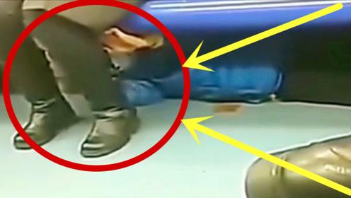 美女地铁玩手机,突然大腿一顿痒,监控拍下禽兽一幕!