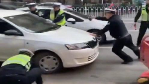 女司机遇交警查车竟猛踩油门冲卡,撞伤数名交警扬长而去,网友:结局舒服了