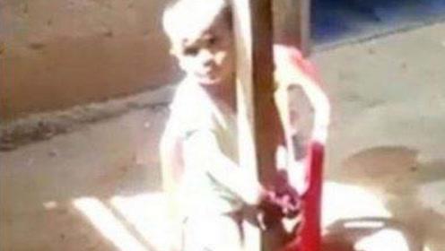 哥伦比亚小男孩太调皮,被母亲直接绑在柱子上,惊动警方救人!