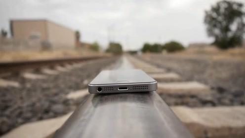 把苹果手机放到火车铁轨上,看看被火车高速碾压后,还能用吗?