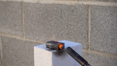 老外测试干电池挤压和火烧会不会爆,结果让我意想不到!