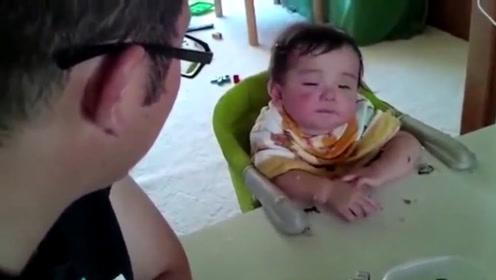 小宝宝困得不行,爸爸却千方百计不让娃睡,妈妈还帮凶,太讨厌了