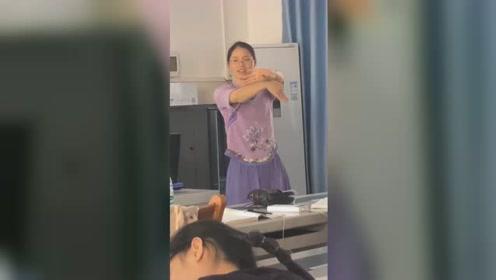南宁一高校老师课堂指导学生玩花手 网友:别人家的老师