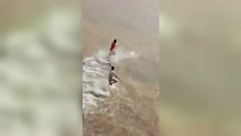 多名男子江上疯狂奔跑抓活鱼 网友:轻功水上漂!