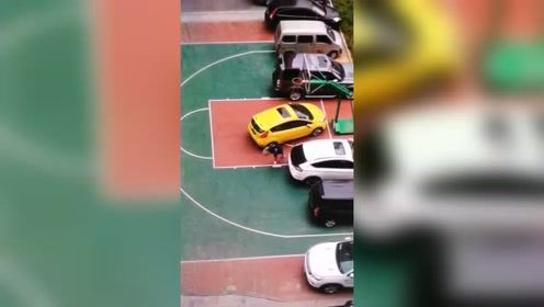 虽然他把车停在篮球场不对,但划了车要赔钱的哦