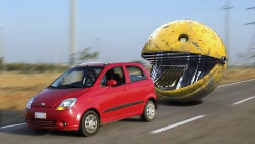现实版本的吃豆人,小哥开车回家途中,一个巨大的吃豆人从天而降