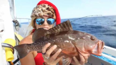 美女泳装海钓,无意钩到2米长的大家伙,连人带船都拉跑了!