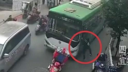路怒要不得!只因骑车打电话被阻 一男子持刀攻击公交车司机