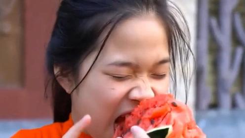 世界上嘴巴最小的女子,3厘米的樱桃嘴,吃饭还要靠吸管帮助!