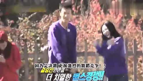 金钟国和李光沫跳起了尬舞,二人又开始斗舞比赛了