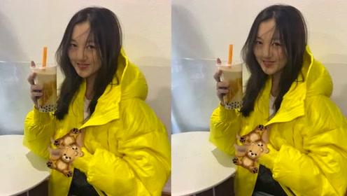 李嫣晒喝奶茶照片,头发凌乱超开心,李亚鹏不阻止女儿进娱乐圈