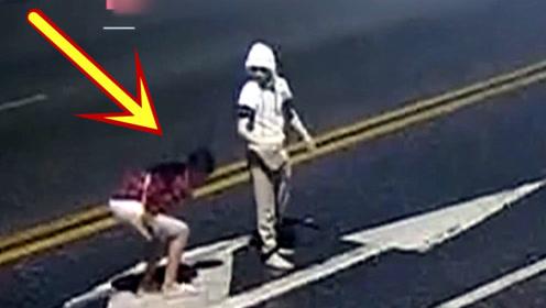 太惊险!一男一女闹矛盾马路中间逗留,女子瞬间被车撞飞!