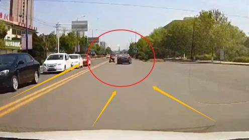 电动车男子狂飙过马路,瞬间被轿车撞飞12米,网友:命真大