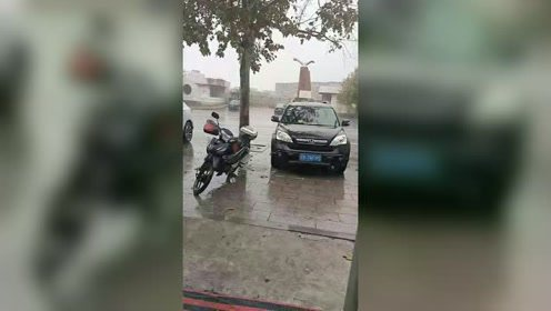 这个季节下起雨了