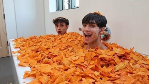 用1000包薯片泡澡会怎样?熊孩子大胆一试,看完太浪费了!