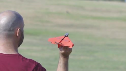 纸飞机不好玩?小伙给它装上马达,用手机玩的不亦乐乎