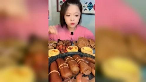 美女吃个蛋挞,特别鲜嫩