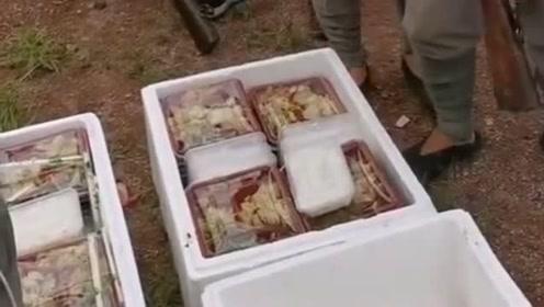 偶然拍到群众演员们领盒饭,看起来菜品还不错,看来是个良心导演!
