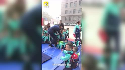 消防员正教小朋友叠被子,听到警铃一秒跳起狂奔集合