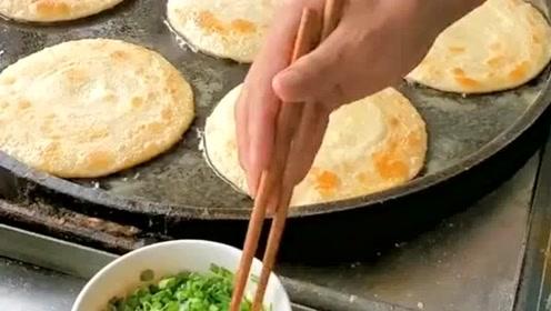 小吃摊卖火了的鸡蛋灌饼,这手法也是没谁了,不过做出来还是很好吃的!