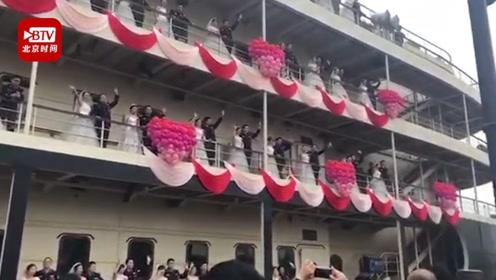 """41对公安新人游轮上举行集体婚礼 民警调侃:""""上了我的船就跑不掉了"""""""