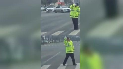 敲可爱!交警路口手动倒计时代替红绿灯 每一帧都是表情包