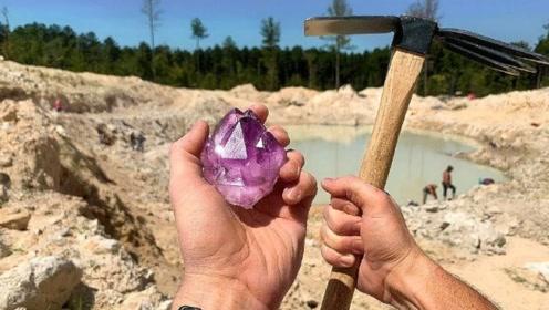 国外牛人野外寻宝,意外发现大颗纯色紫水晶