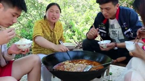 胖妹花了100元买牛蹄,铁锅牛蹄火锅第一次吃,隔壁帅哥连连夸奖!