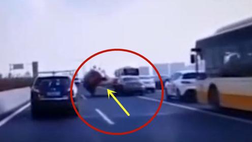 违规变道不打灯,红色轿车被坑的太惨!要不是视频谁信