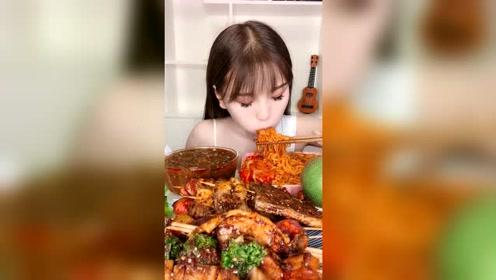 美女吃辣白菜配火鸡面,爽口!