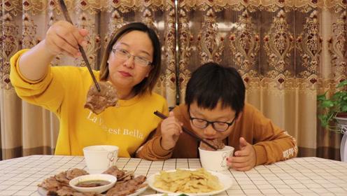 轩妈亲自下厨给小轩做卤牛腱子,小轩吃的赞不绝口,直呼妈妈真好