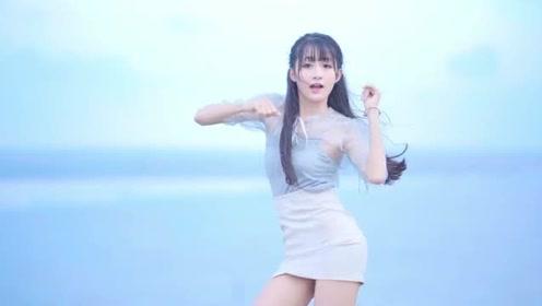 网红小姐姐伢伢海边热舞,一段视频让你知道,什么叫真正的好身材!
