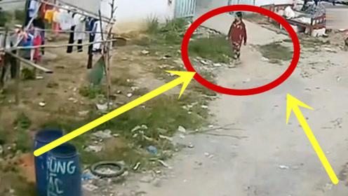 大妈去扔垃圾,回家路上突然转弯,下一秒举动让人无语!