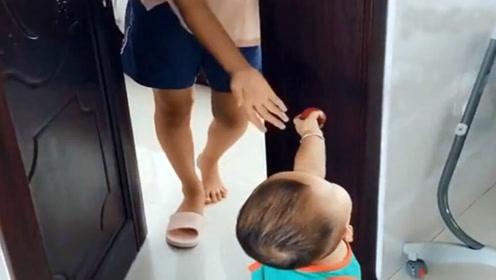 以为弟弟敲门给姐姐送李子,不料接下来萌宝的举动,妈妈都笑疯了