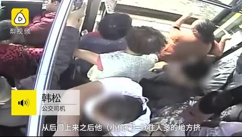 一趟公交挤了6名小偷,司机跑下车追回乘客手机