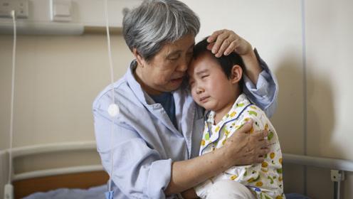 女童不知爸爸是谁妈妈又入狱,抱着姥姥哭诉:你要是妈妈该多好