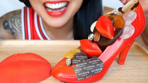 微笑姐吃甜食,大红色的高跟鞋里装满了好吃的,网友:太性感了