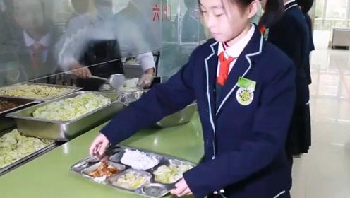 """食堂阿姨""""手抖""""出了名,宁愿饭菜倒掉也不多给学生,原因很真实"""