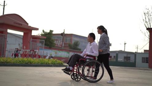"""你是我的""""腿"""":确山县乡村教师罹患渐冻症,爱妻不离不弃,背他上讲台"""